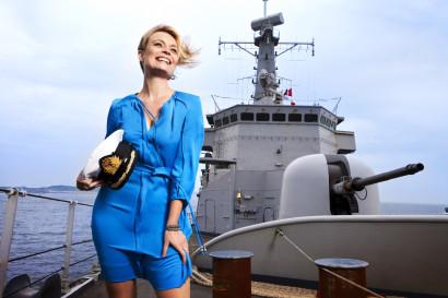 Ophélie Fontana journaliste à la RTBF photo sur la frégate de l'armée Belge, le Louise Marie, dans l'estuaire de l'Escaut.