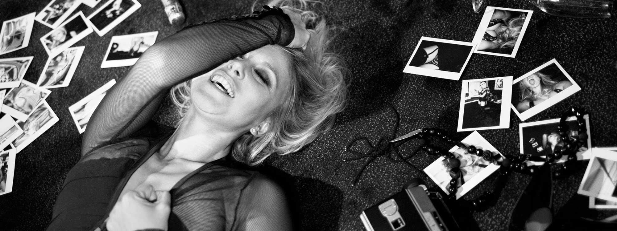 Julie Taton l'animatrice télé des chaines RTL-TVI et TF1 et l'émission Secret Story photo noir et blanc sexy dans une chambre d'hôtel.