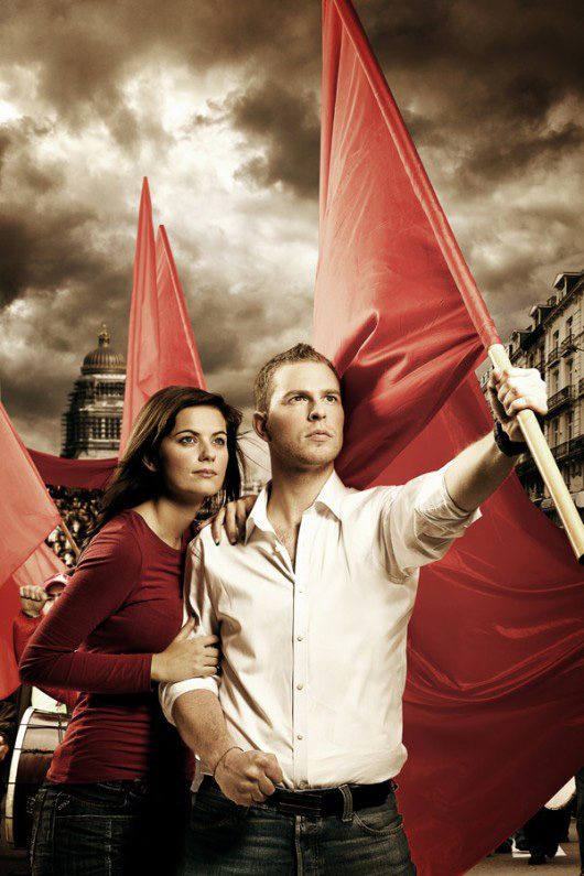 Photo originale d'un couple qui manifeste avec un drapeau rouge pour le Parti Socialiste.