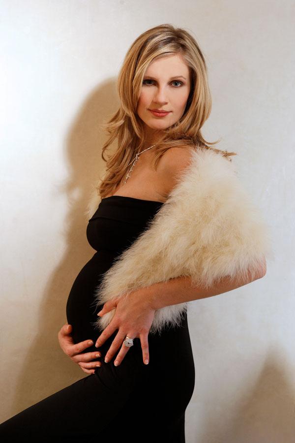 Sandrine Corman enceinte, l'animatrice d'RTL-TVI, M6 et TF1 pose quelques jours avant la naissance de son bébé.