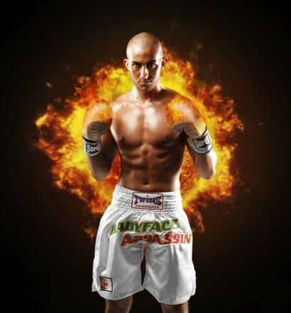 Photo d'un boxeur avec des gants enflammés