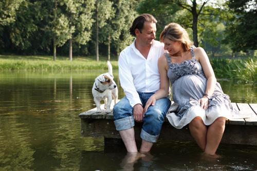 La présentatrice de la RTBF Armelle Gysen mariée au Compte Frédéric d'Aspremont Lynden pose quand elle était enceinte dans la propriété du Château de Ry.