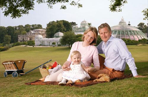La Princesse Elisabeth petite avec ses parents le Roi Philippe et la Reine Mathilde à l'époque où ils étaient Prince et Princesse de Belgique