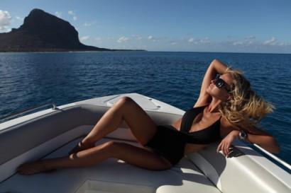 Julie Taton l'animatrice à RTL-TVI et TF1 et l'émission Secret Story, la belle femme pose à la pointe d'un bateau à l'île Maurice.