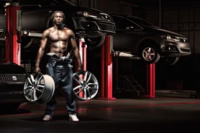 Romelu Lukaku, le joueur d'Everton pose torse nu et dévoile ses muscles et son corps athlètique.