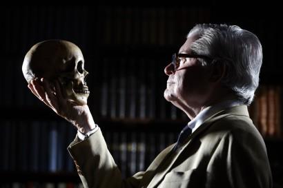 Photo de l'avocat bruxellois Xavier Magnée face à une tête de mort.