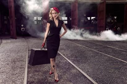 La présentarice d'RTL-TVI et mannequin Emilie Dupuis photographie glamour avec les locomotives à vapeur des trains des trois vallées à Mariembourg.