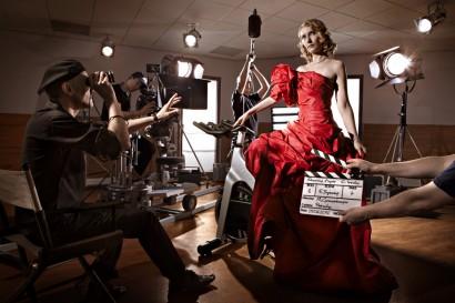 Cathy Immelen l'animatrice de la RTBF spécialisée dans le cinéma avec son émission sreen pose en robe de soirée lors d'un tournage dans la salle de spinning de L'Aspria Royal La Rasante.