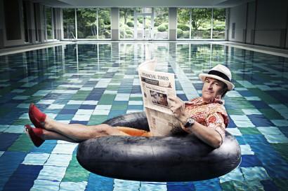 Photo de Gaetan Vigneron journaliste sportif à la RTBF spécialiste de la F1 photo décalée dans la piscine de l'Aspria Royal La Rasante.