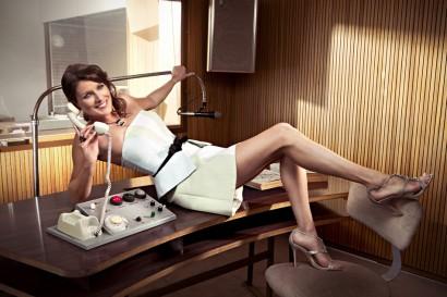 Sandrine Scourneau la présentatrice de la météo sur TV5 monde et à la RTBF dans un shooting mode glamour et sexy sur le site des antennes de Wavre.