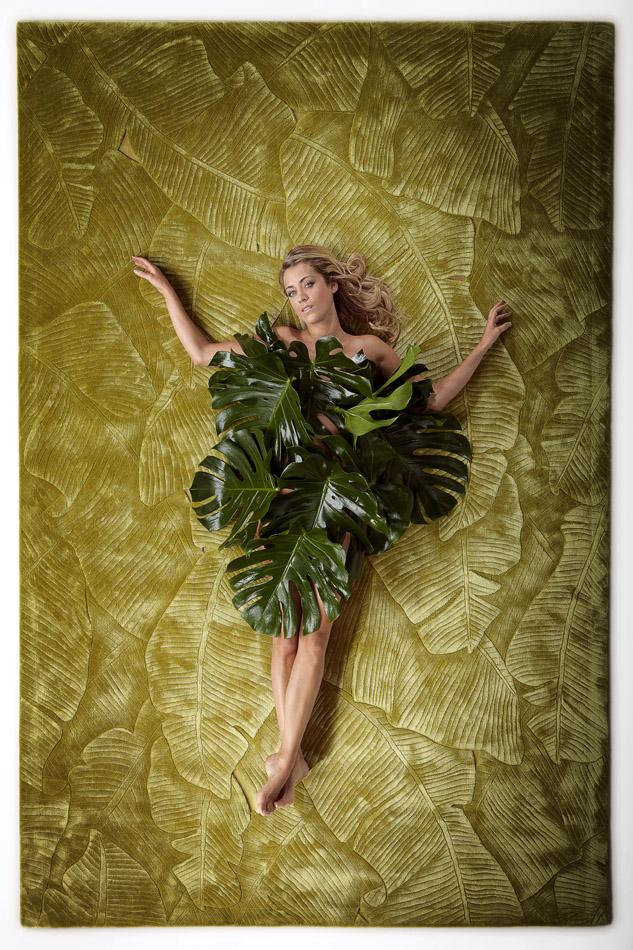 La présentarice d'RTL-TVI et mannequin Emilie Dupuis pose sur un tapis Floor to Heaven de la Maison Didden & Co.
