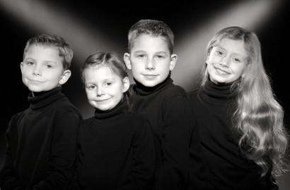 Portrait de famille en noir et blanc dans le style Harcourt par un photographe professionnel portraitise haut de gamme.