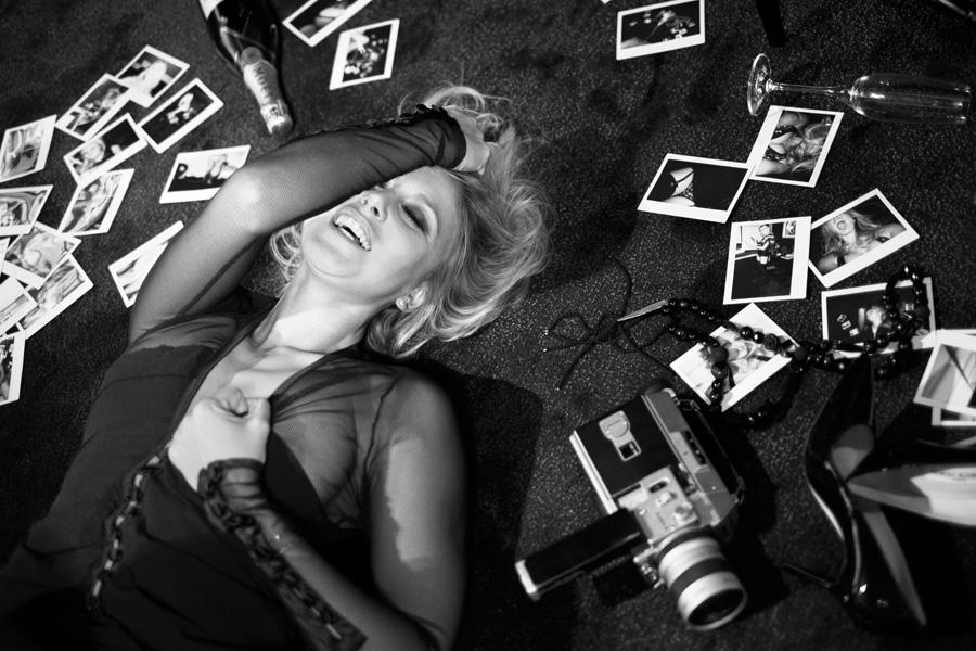 Julie Taton sexy et glamour en noir et blanc, l'animatrice d'RTL