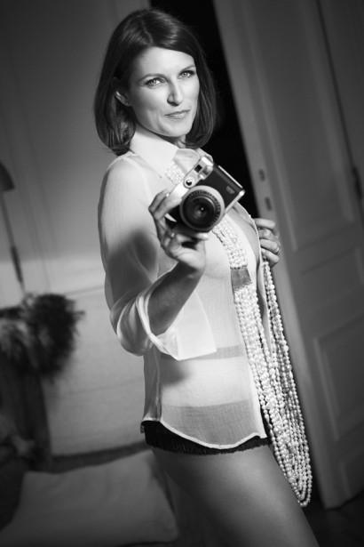 Sandrine Scourneau sexy et glamour en noir et blanc, l'animatrice de la RTBF