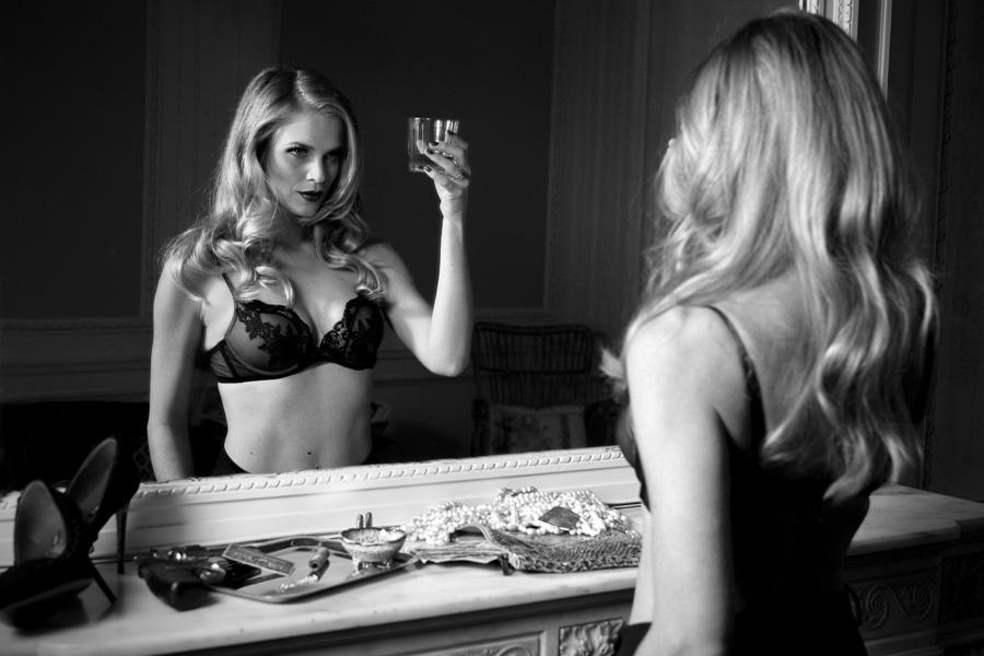 Sophie Pendeville sexy et glamour en noir et blanc, l'animatrice d'RTL
