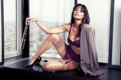 La présentatrice météo de la RTBF et TV 5 Monde Tatiana Silva sexy en lingerie portes-jarretelles, elle est l'égérie de la marque Véla Lingerie.