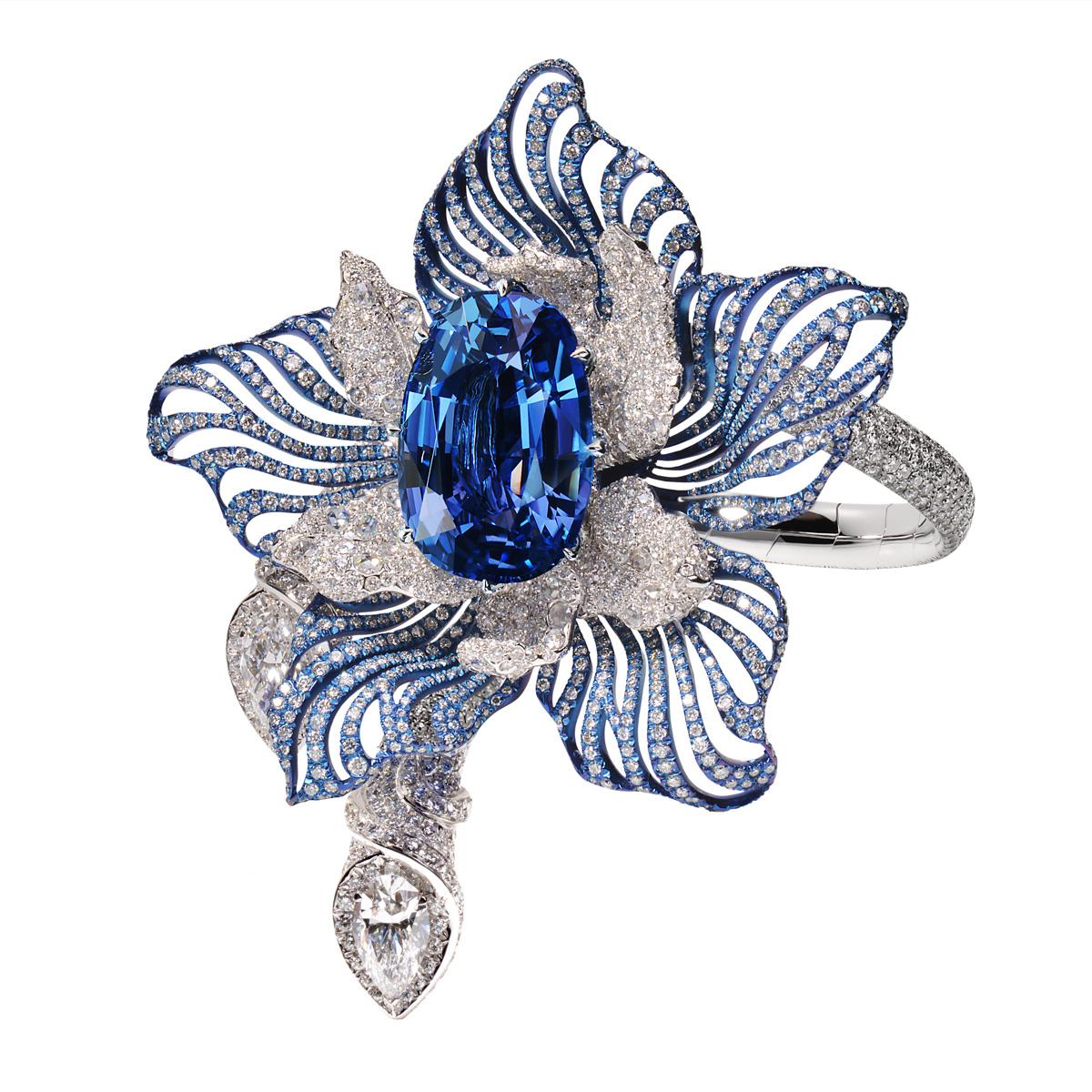 Le Bracelet Orchidée un bijou d'exception de la joaillerie Manalys à Bruxelles en or blanc 18kt et titane, saphir Birman non chauffé de 40,68 carats, diamants 26,59 carats dont un diamant taille poire de 2,19 carats.
