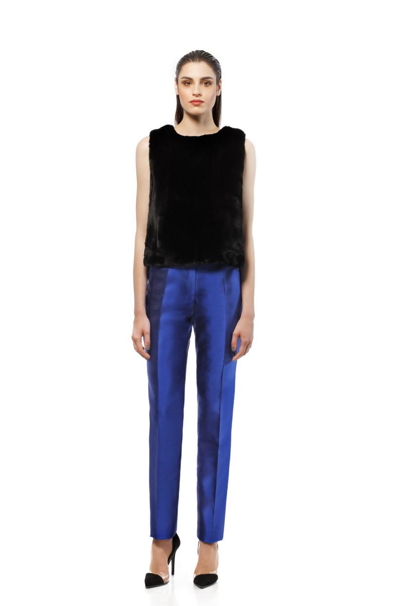 Top en agneau Toscan noir et drap de laine noire. Pantalon droit en soie doupionnée bleue électrique.