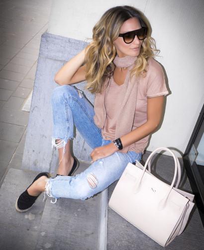La blogueuse mode et mannequin belge Lima Ché pour son blog Lima's Wardrobe habillée par les Ateliers de la Maille accèsoirisé par le maroquinier Nathan-Baume avenue Louise à Bruxelles.