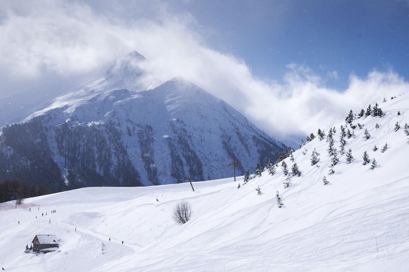 Les montagnes du massif de l'Écrin et piste de ski la station d'Orcières Merlette 1850