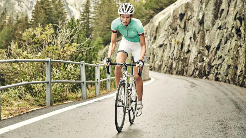 Femmes à vélo de course avec la collection de vêtements techniques printemps été 2016 pour le vélo de la marque de vêtements de sport Odlo