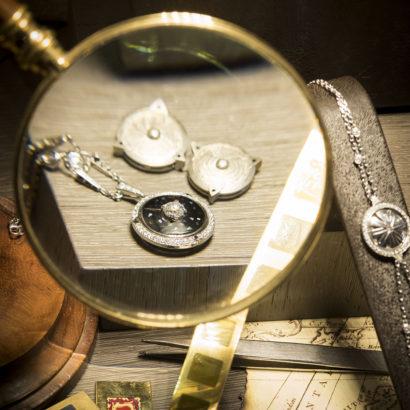 Pendentif Boussole en or blanc, diamants et laque de la nouvelle collection des bijoux Talisman de la joaillerie Holemans à Bruxelles