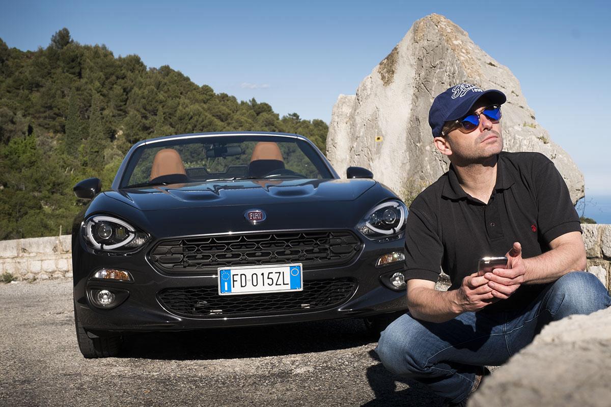 Le blogueur belge et photographe professionnel Michel Gronemberger avec la Fiat 124 Spider