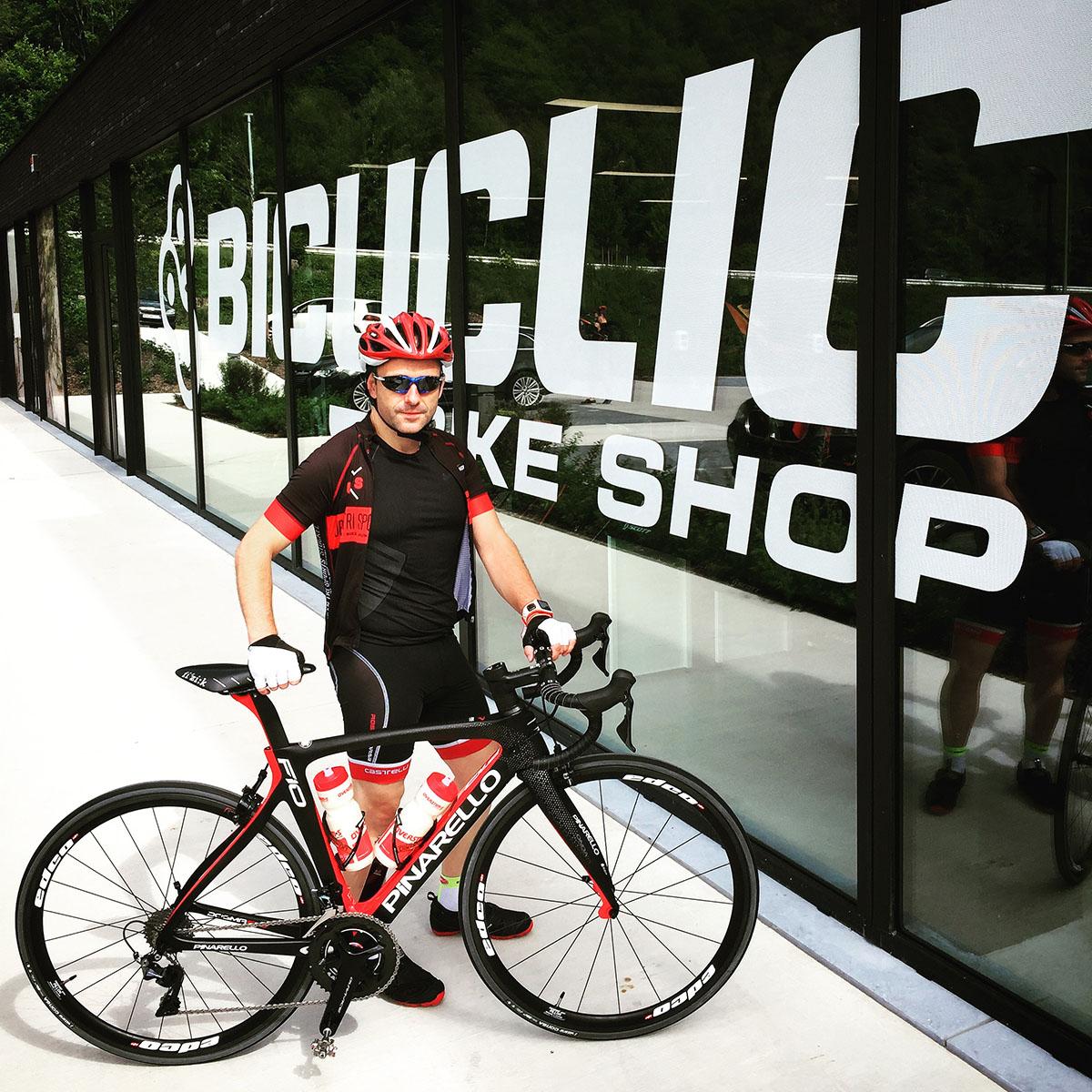 Le blogueur belge Michel Gronemberger devant le magasin Bicyclic de Remouchamps avec le Pinarello Dogma F10