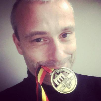 Michel Gronemberger avec la médaille du Marathon de Bruxelles