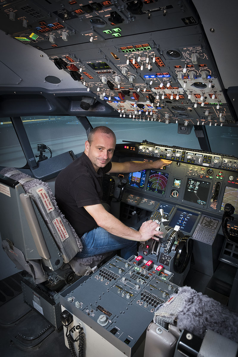 Cockpit du simulateur de vol du Boeing 737-800 de l'European Flight Simulator à Charleroi